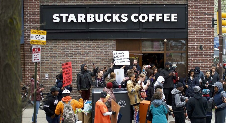 Efter kritik af en anholdelsesepisode vil Starbucks undervise alle ansætte i at forhindre forskelsbehandling. Mark Makela/Getty Images/AFP