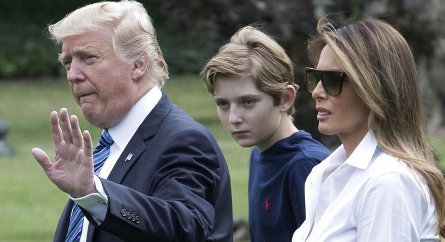 USA´s præsident Donald Trump, her med First Lady Melania Trump og deres søn Barron Trump, er kommet i stort uvejr i sit eget parti efter endnu et nedladende tweet om en kvindelig studievært. Hans partfiæller finder, at han ødelægger sit embedes troværdighed med sine tweets. EPA/MICHAEL REYNOLDS