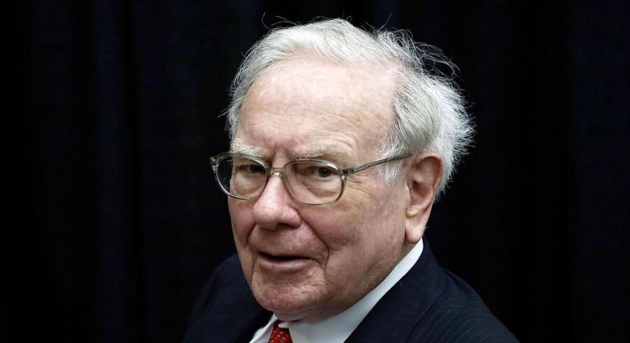 Denne mand, Warren Buffett, har et aktietrick der kan gøre DIG funklende rig! Indtil nu har hård beskatning på investering i udenlandske aktier dog umuliggjort den amerikanske Berkshire Hathaway CEOs aktietrick, for danske investorer. Det vil regeri