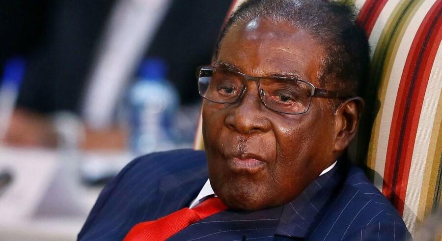 Mugabe har styret Zimbabwe i over 30 år. I den tid er han blevet beskyldt for brud på menneskerettighederne.