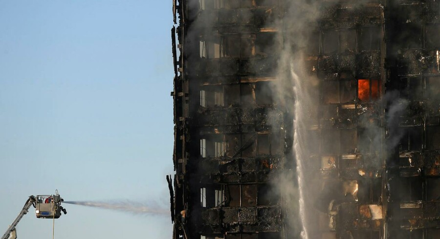 Brandfolk forsøger at begrænse og modkæmpe brændet ved Latimer Road i Vestlondon, Britain June 14, 2017. REUTERS/Toby Melville