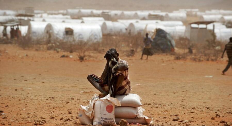 En somalisk flygtning ovenpå nødhjælpssække i Kobe-flygtningelejren nær den etiopisk-somaliske grænse.