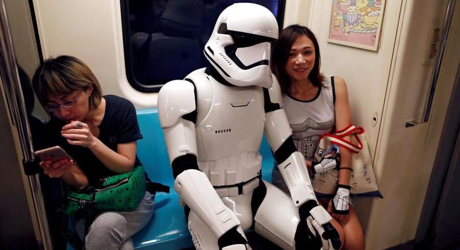 En »Stromtrooper« i den taiwanske metro blandt folk i »civilt« - så at sige.
