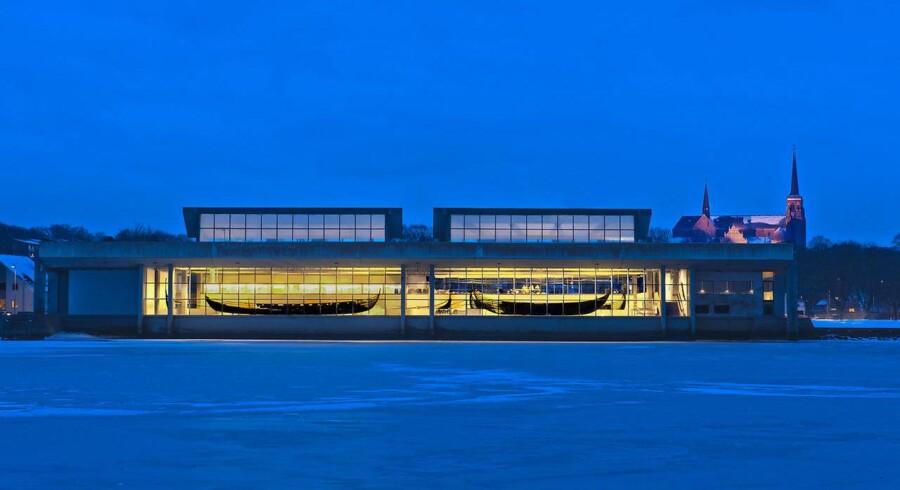 Arkitekten Erik Christian Sørensen ikoniske vikingeskibshal fra 1969 bygget helt ud i Roskilde fjord blev fredet i 1997. Men betonen viste sig uegnet til det danske klima og ikke mindst kontakten med vandet i fjorden. Foto: Werner Karrasch/Vikingeskibsmuseet i Roskilde.