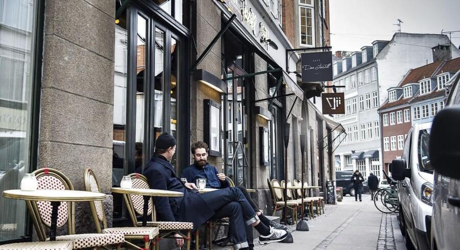 Onsdag fik to af Berlingskes journalister serveret gin og tonic på Café Dan Turell, selvom cafeen ikke har nogen alkoholbevilling.