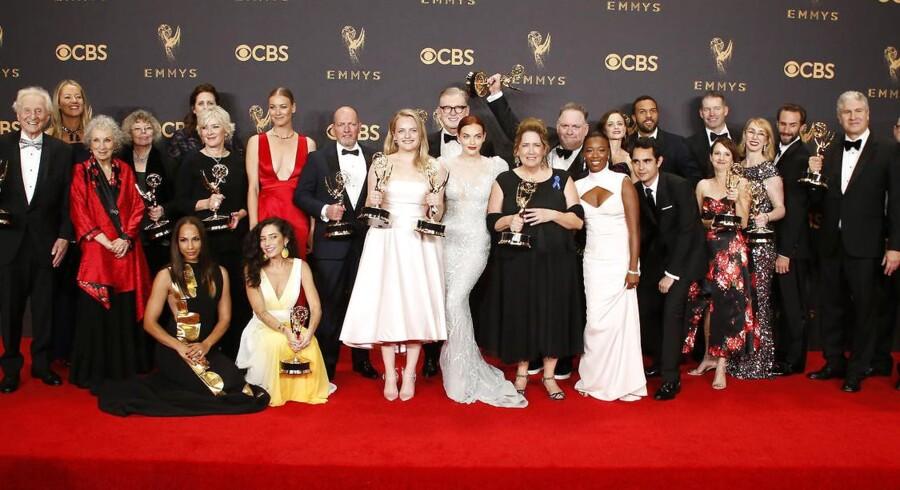 Skuespillerne fra The Handmaid's Tale til den 69ende Primetime Emmy Awards. REUTERS/Lucy Nicholson