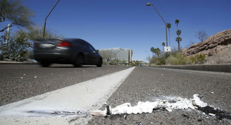 Billedet viser, hvor en kvindeblev kørt ned af en selvkørende Uber-bil. (AP Photo/Chris Carlson)