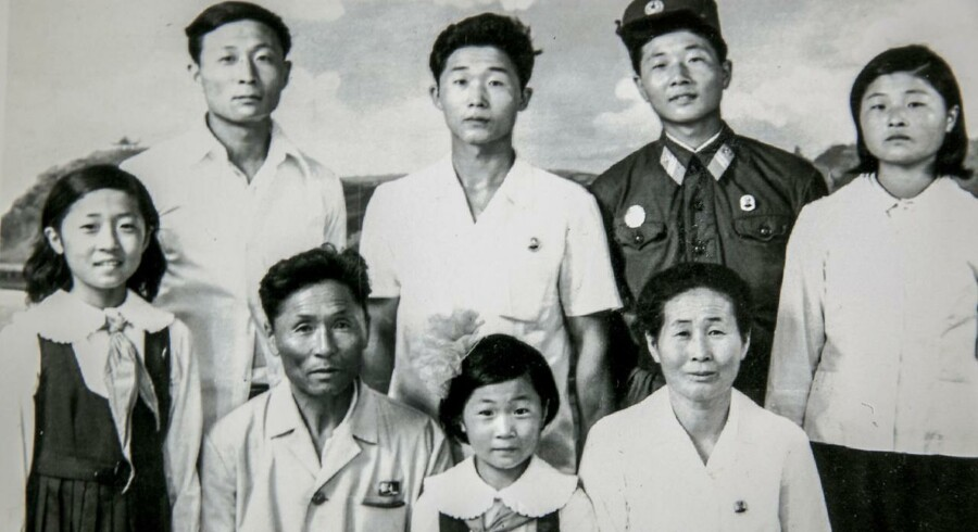 På nederste række nummer to fra venstre ses Chang Bok-nam, der blev fanget inde i Nordkorea under Koreakrigen. Billedet er taget i Nordkorea, og de øvrige menes at være hans hustru og deres seks børn.