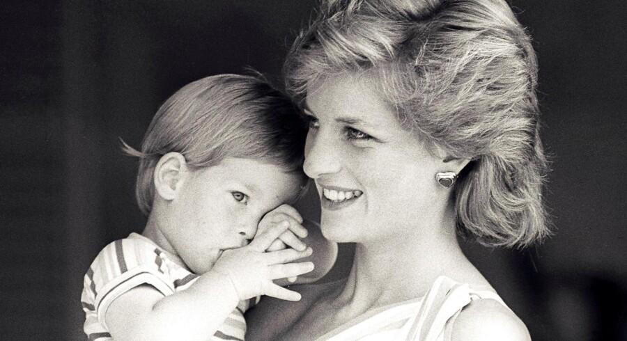 Prinsesse Diana med sin søn Prins Harry. Det er i dag, den 31. august, 20 år siden »Lady Di« omkom i et biluheld i Paris.