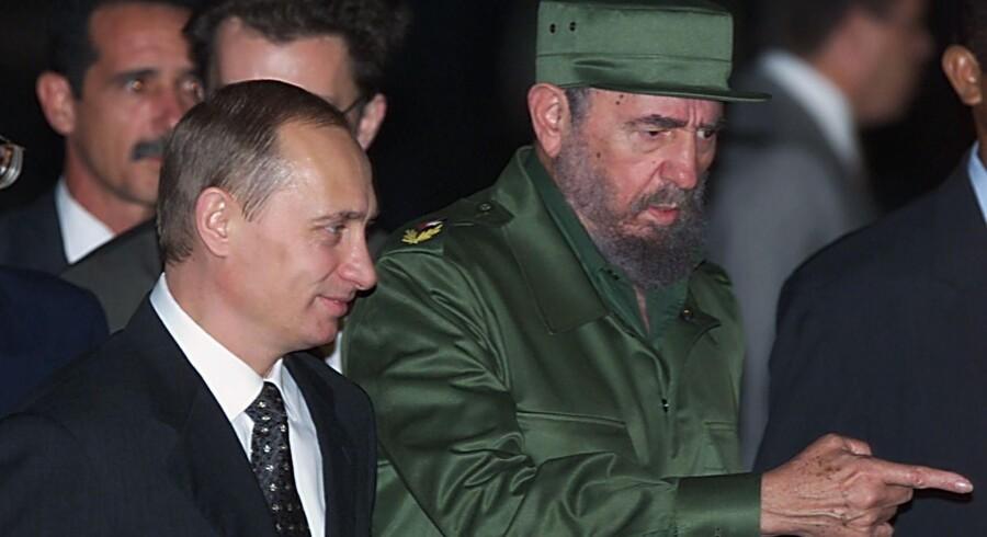Fidel Castro, der her ses i sin karakteristiske militæruniform, byder Ruslands præsident, Vladimir Putin, velkommen i Cuba i december 2000. Scanpix/Sergei Chirikov