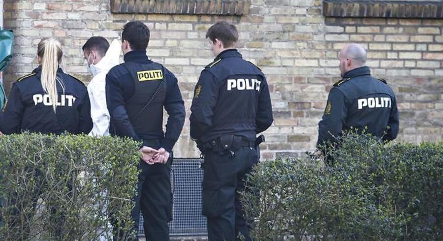Drab i Husum/Brønshøj tirsdag den 11. april 2017. Politiet er tilstede ved lejligheden, hvor drabet fandt sted.