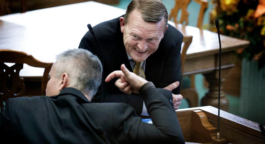Statsminister Lars Løkke Rasmussen og Socialdemokraternes Henrik Sass Larsen i munter samtale. (Foto: Liselotte Sabroe/Scanpix 2016).