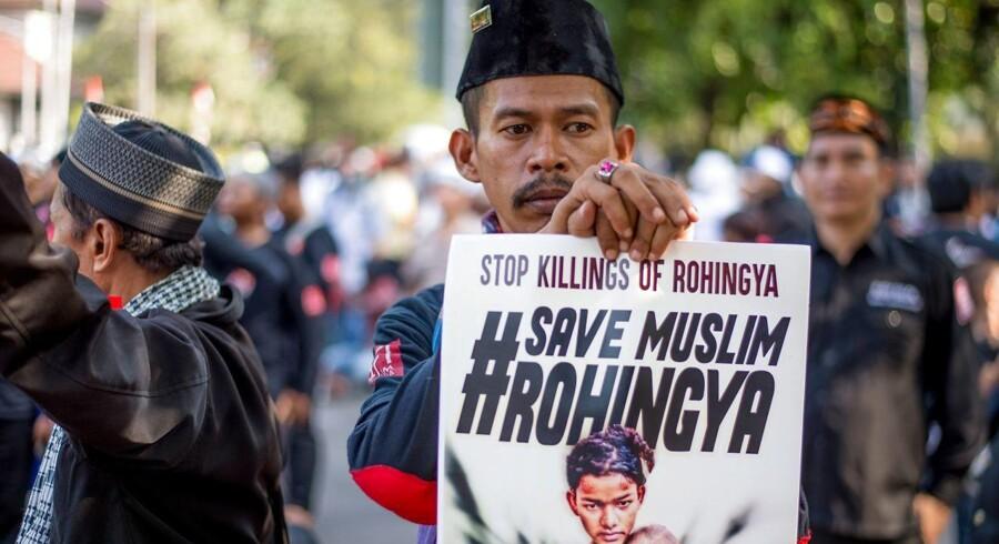 I den muslimske verden er man oprørt over undertrykkelsen af det muslimske mindretal i det buddhistiske Myanmar. Her kommer vreden til udtryk under en demonstration i Indonesiens hovedstad Jakarta / AFP PHOTO / Bay ISMOYO