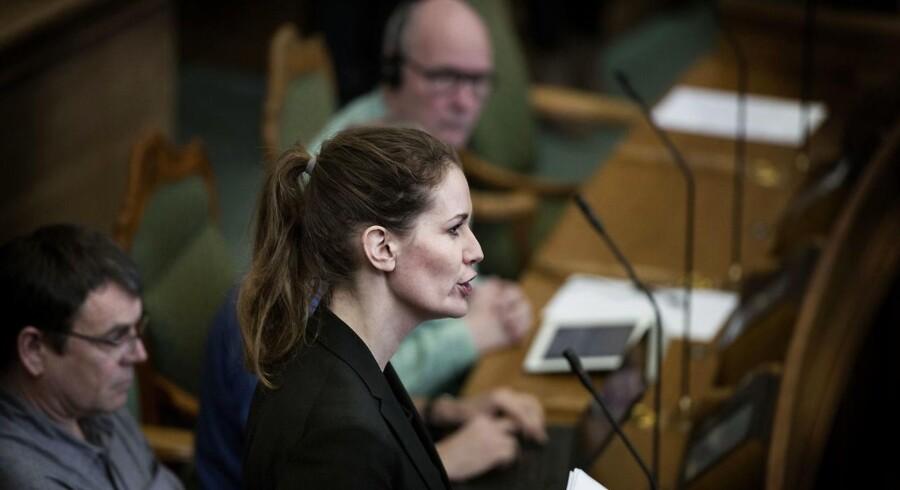 Maria Reumert Gjerding i folketingssalen. Her holder hun ikke tale, men stiller spørgsmål til en, der har holdt tale fra Folketingets talerstol. (Foto: Liselotte Sabroe/Scanpix 2016)
