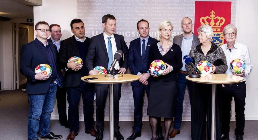 Udenrigsministeriet. Udviklingsminister Ulla Tørnæs og ordførerne fra de fleste af Folketingets partier fremlægger den ny strategi for Danmarks indsats i u-landene. Fodbolden er belvet et symbol på FNs globale udviklingsmål, som er en vigtigt del af den ny strategi. (Foto: © Uffe Weng/Scanpix 2017)