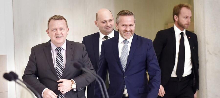 Statsminister Lars Løkke Rasmussen (tv) præsenterer nyt regeringsgrundlag sammen med Konservatives leder Søren Pape Poulsen (im) og Liberal Alliances leder Anders Samuelsen (th) søndag d. 27. november 2016 på Marienborg. (Foto: Keld Navntoft/Scanpix 2016)