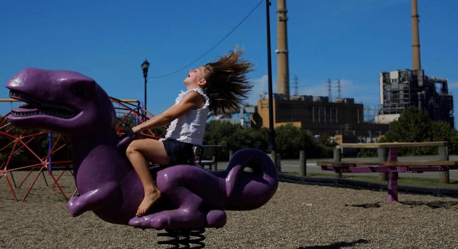 Otte-årige Shalynn Billingsley morer sig på en dinosaur i Ohio. Tingene går fremad for amerikanske piger.