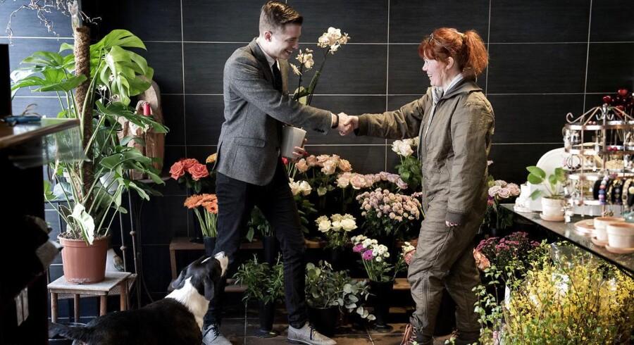 Thomas Jarolics vil bytte sig fra en hårnål til et Rolex. Her bytter han en håndcreme til en orkidé i en blomsterbutik på Amager.