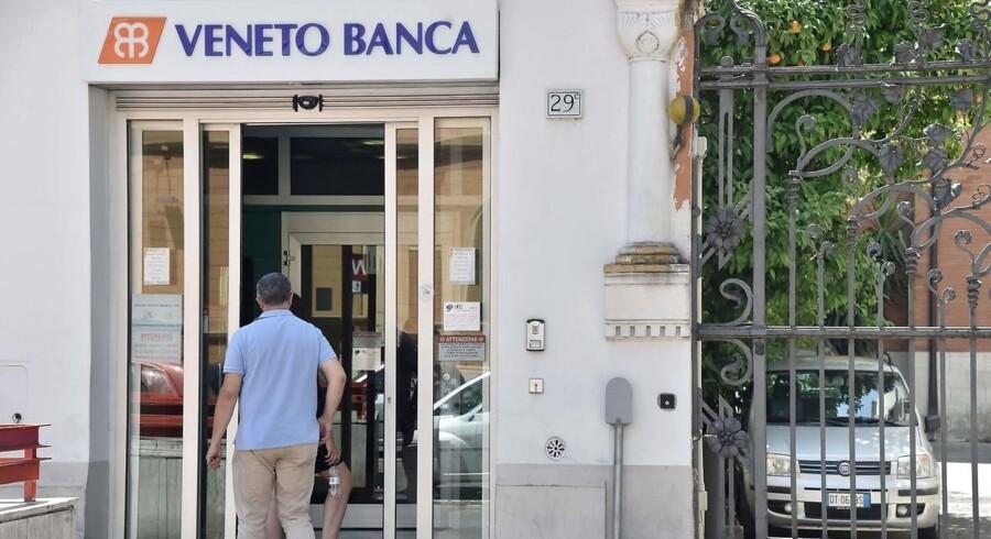 Tyske politikere er rasende over, at Italien vedtog at bruge 17 milliarder euro eller 126 milliarder kroner på at redde to kriseramte banker.