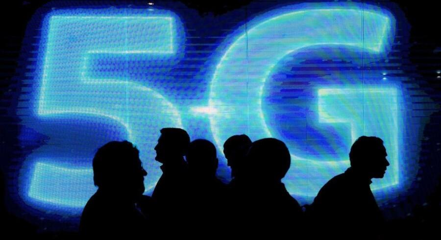 På et tidspunkt er køen af dimser og dingenoter, som gerne vil kobles på internetforbindelsen over mobilnettet, være så stor, at der bliver pladsmangel. Derfor arbejdes der i kulissen på at få 5G-mobilnet op at køre, hvor kapaciteten og datahastigheden er langt større, og forsinkelserne meget mindre. Men man skal ikke tro, at 5G kommer af sig selv, siger den danske telebranche, som forventer praktisk opbakning fra de danske politikere. Arkivfoto: Josep Lago, AFP/Scanpix