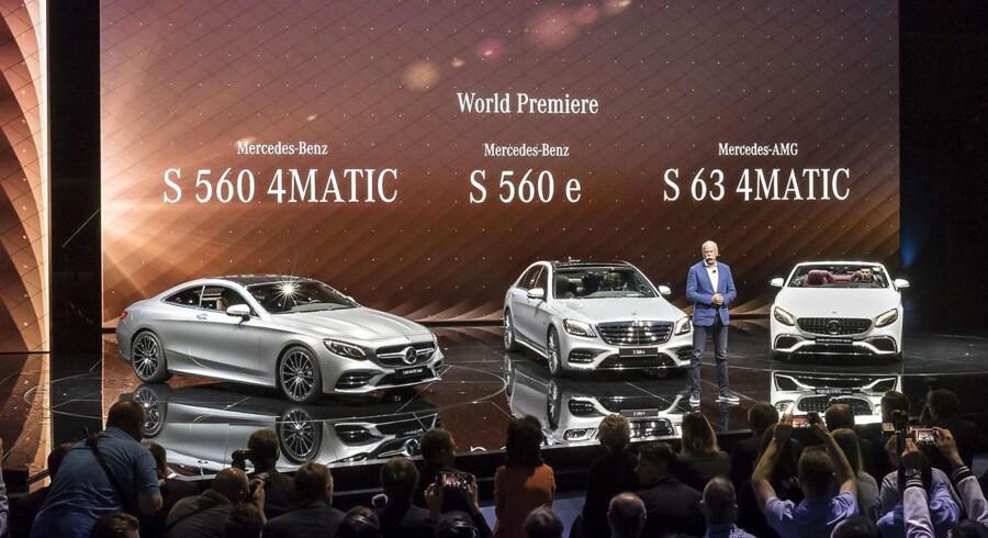 Mercedes-Benz har en spektakulær stand i en gammel del af Frankfurts store messecenter. Her er vi under premieren på opdaterede topmodeller, bl.a. S Coupé