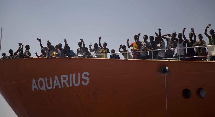 Fartøjet Aquarius føres af NGOen »SOS Mediterranee.« En politisk sprængfarlig last bestående af 629 mennesker har de seneste dage slået en kile ned blandt nabolande i Middelhavet. Her ses Aquarius ved en tidligere lejlighed.