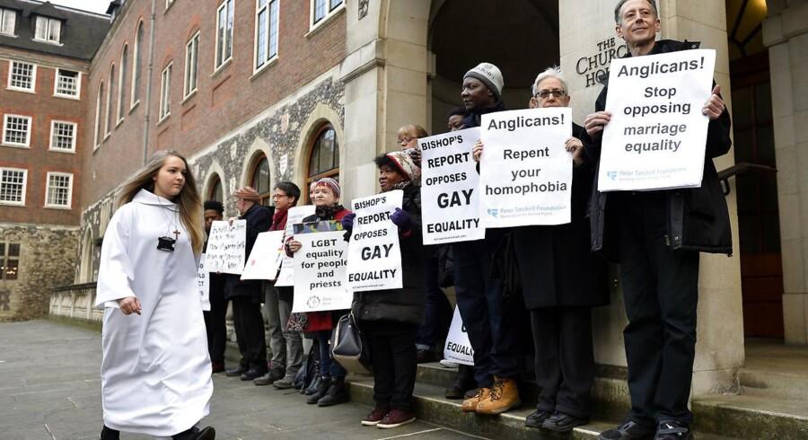 Protesterende mod den anglikanske kirkes afvisning af homovielser uden for den sidste synode i Church of England, hvor diskussionen var oppe.