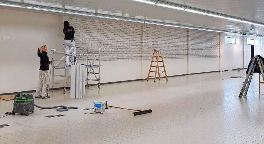 Der bliver arbejdet hårdt på at shine Aldi-butikkerne op. Men i tre ud af fire butikker er det ikke nok med en gang maling og nye vinduer. Her skal butikkerne enten flyttes eller udvides. Foto: Aldi