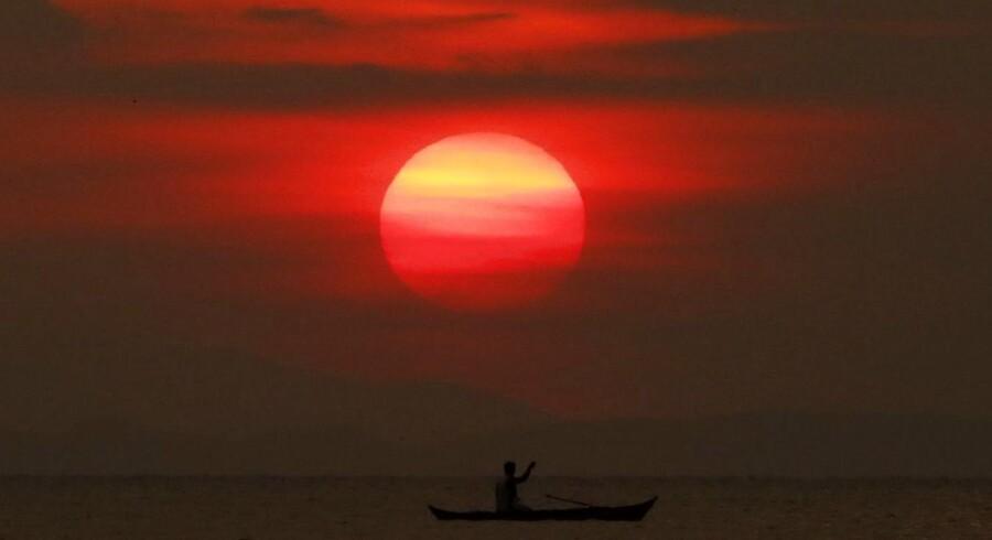 Solen er på vej ned, mens en filippinsk fisker gør sin line klar.