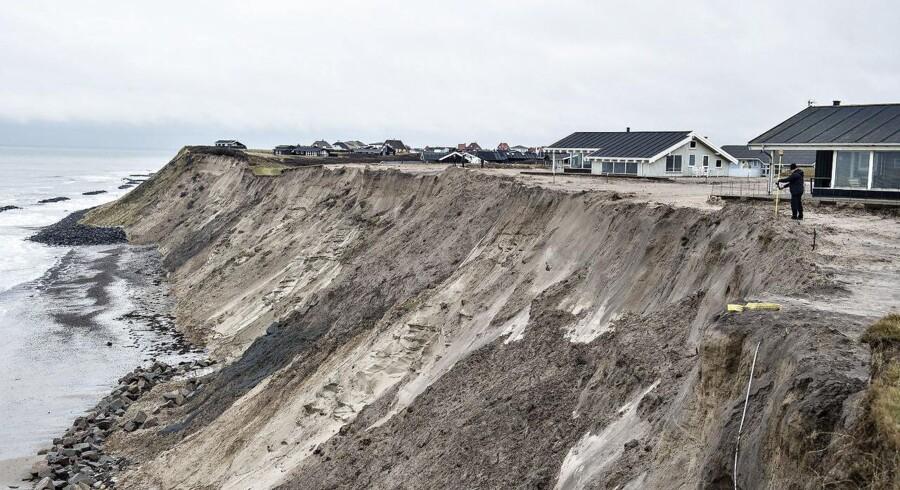 Kystdirektoratet vil have 12 grundejere til at rydde op efter ulovlig kystsikring. Men det kan ende i retten.