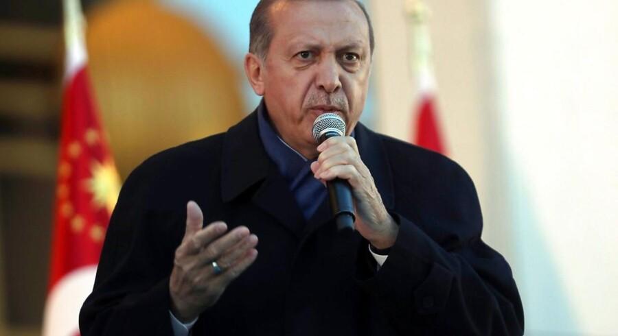 Det tyrkiske ja til en udvidelse af magtbeføjelserne til præsident Erdogan er ulovligt og bør annulleres. Det udtaler sammenslutningen af tyrkiske advokater. Det sekulære parti »Det Republikanske Folkeparti« har tænkt sig at kræve resultatet annulleret.