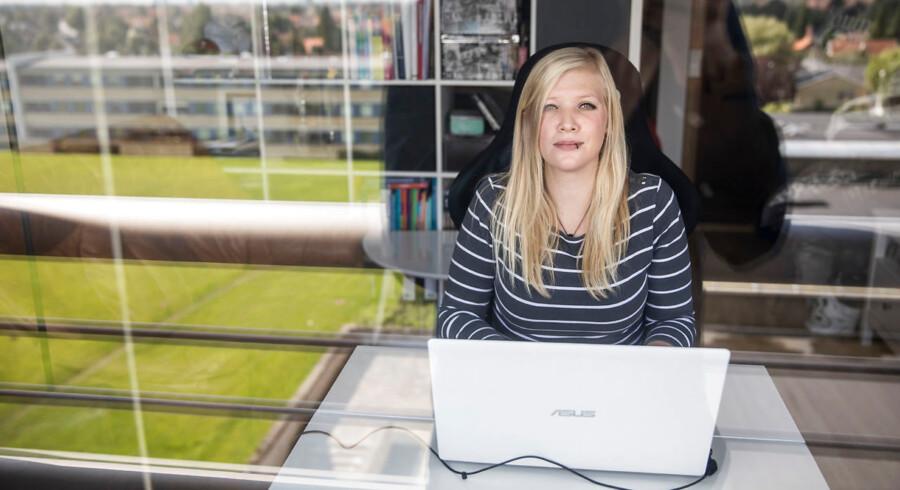 På professionshøjskolen UCC Nordsjælland skal de sygeplejestuderende til en afsluttende videoeksamen. I stedet for at møde op til mundtlig eksamen, skal de optage sig selv tale om et af fire emner i 7 til 10 minutter. Daniella Hansen læser på 4. semester og hun er bekymret for, at den nye eksamensform er en kvalitetsforringelse. Her fotograferet i sin lejlighed.
