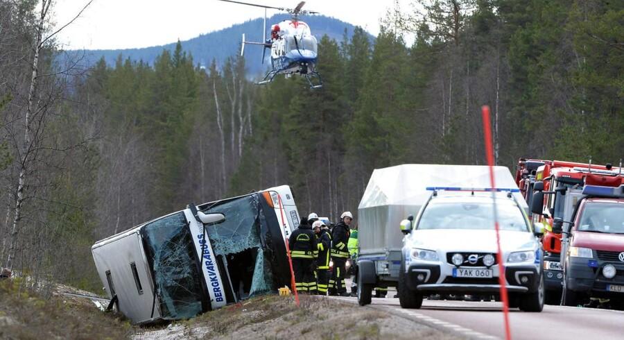 Bussen kørte af endnu ukendte årsager af vejbanen lige syd for midtsvenske Sveg.