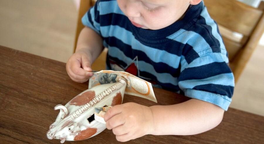 Arkivfoto. Mange forældre vælger at lave en opsparing til deres børn, så der ligger lidt penge på kistebunden, når de små poder forlader reden. (Foto: Søren Bidstrup/Scanpix 2017)