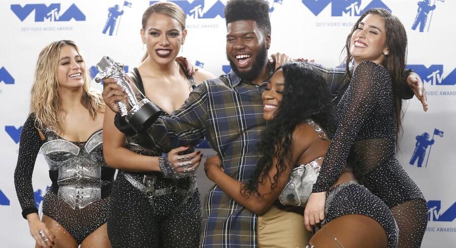 Årets nye kunstner, Khalid, omgivet af årets pop-Video vindere fra »Fifth Harmony.« ved søndagens MTV Video-prisshow i Inglewood, California.