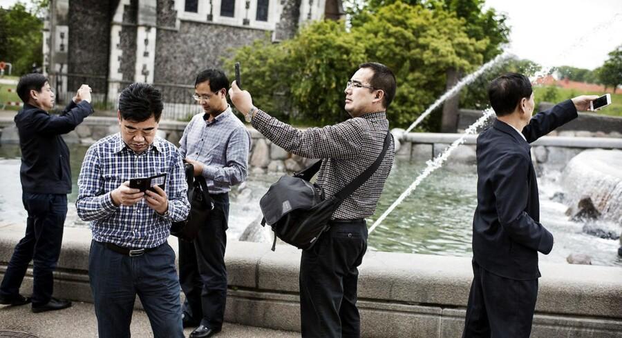 Kinesiske turister har Europa højt på rejselisten som her foran Gefionspringvandet i København. Derfor vil internetgiganten Alibaba udbrede sit mobilbetalingssystem til udvalgte lande i Europa - men kun for kinesere. Arkivfoto: Liselotte Sabroe, Scanpix