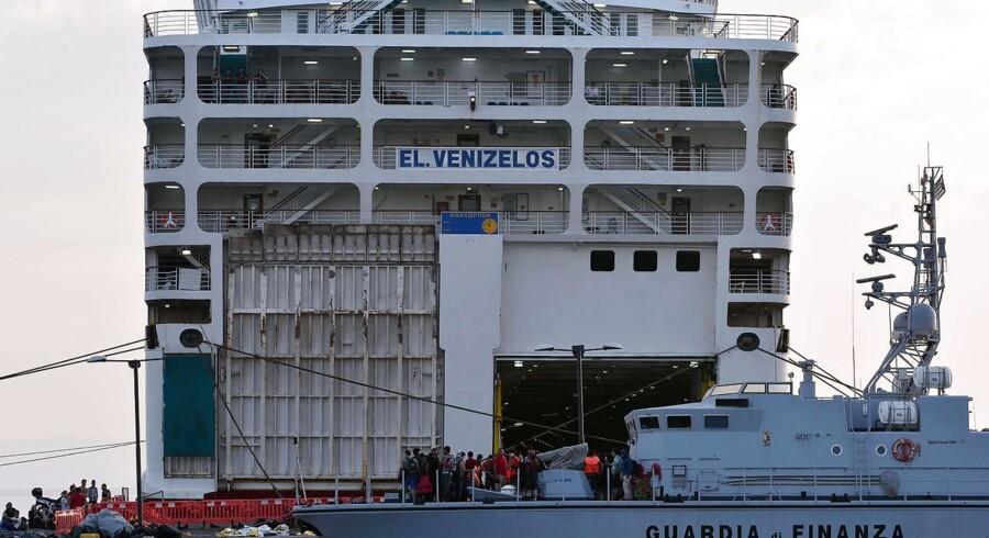 Tilstrømningen af flygtninge til den græske ø Kos er så enorm, at myndighederne har sendt en færge til stedet. Her kan flygtningene registreres og indkvarteres.