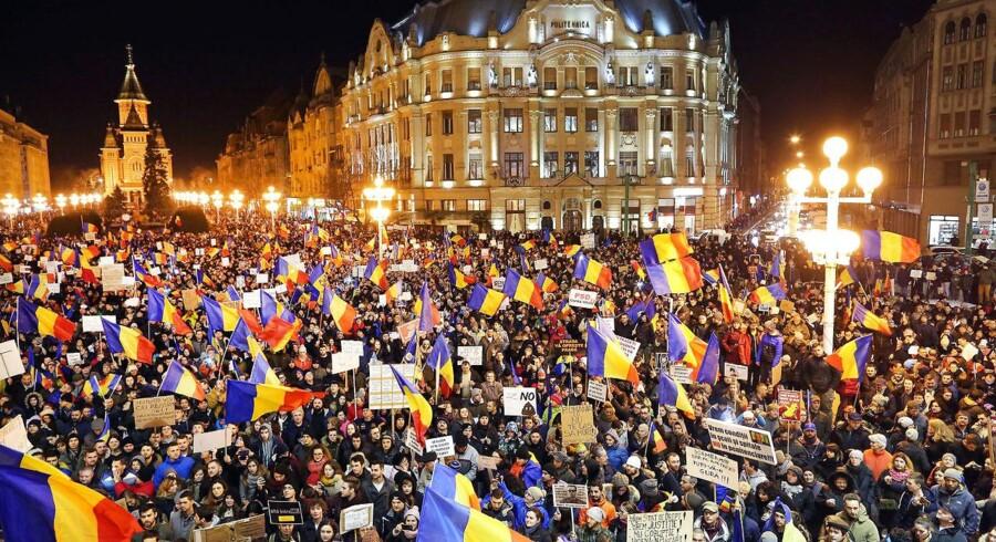 Regeringen er i krise, men omvalg ville være en overdrivelse, mener Rumæniens præsident Klaus Iohannis. Der har i de seneste dage været omfattende protester mod korruption i Rumænien.