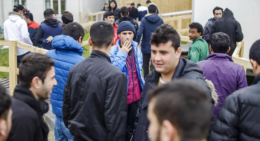 De mandlige beboere forlader kantineteltet efter et fællesmøde. Der bor mennesker fra 20 nationaliteter i Thisted-lejren, men det har trods borgerkrige og andre væbnede konflikter i hjemlandene ikke givet anledning til kontroverser. Til gengæld har det resulteret i to slåskampe, at lejren kun har ét billardbord til de op mod 300 mandlige beboere.