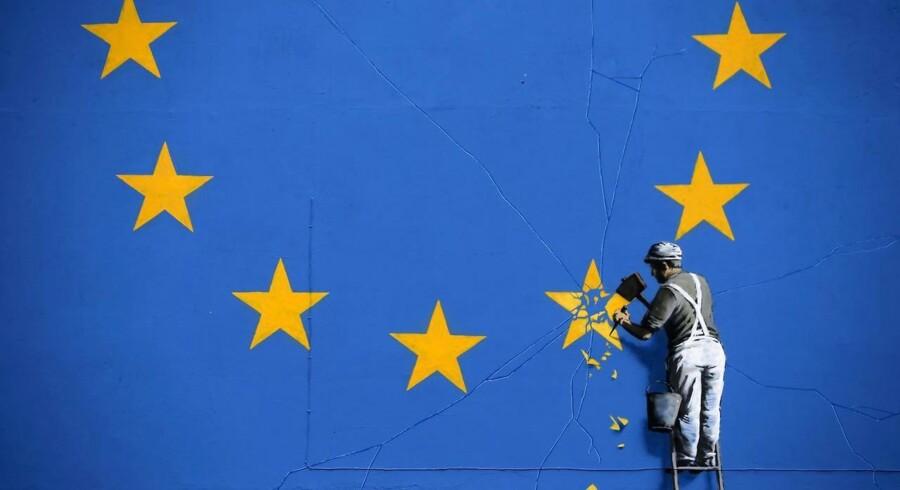 Graffitikunstneren Banksy har malet sin fortolkning af EUs nuværende situation i Dover, England.