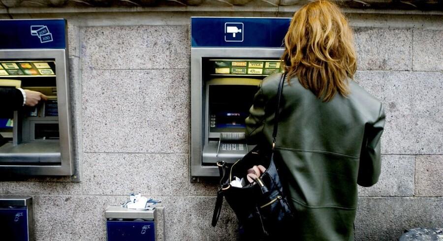 Sammen med to andre aflurede en rumænsk mand pinkoder og hævede penge i to bankers hæveautomater i Odense.