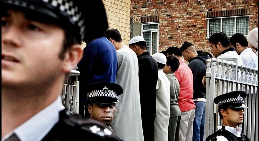 Arkivfoto. Den mand, der kørte en varevogn ind i en gruppe muslimer i London, er nu terrorsigtet, siger britisk politi.