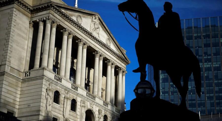 Den britiske centralbank, Bank of England, fastholder sin ledende rente på 0,50 pct., hvilket var helt som ventet, efter at den blev hævet ved seneste rentemøde i november - for første gang i ti år.