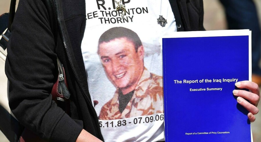 Moderen til Lee Thornton, som døde 7. september 2006 under kampe i Irak, poserer med et bind fra den britiske Irak-rapport. AFP PHOTO / BEN STANSALL