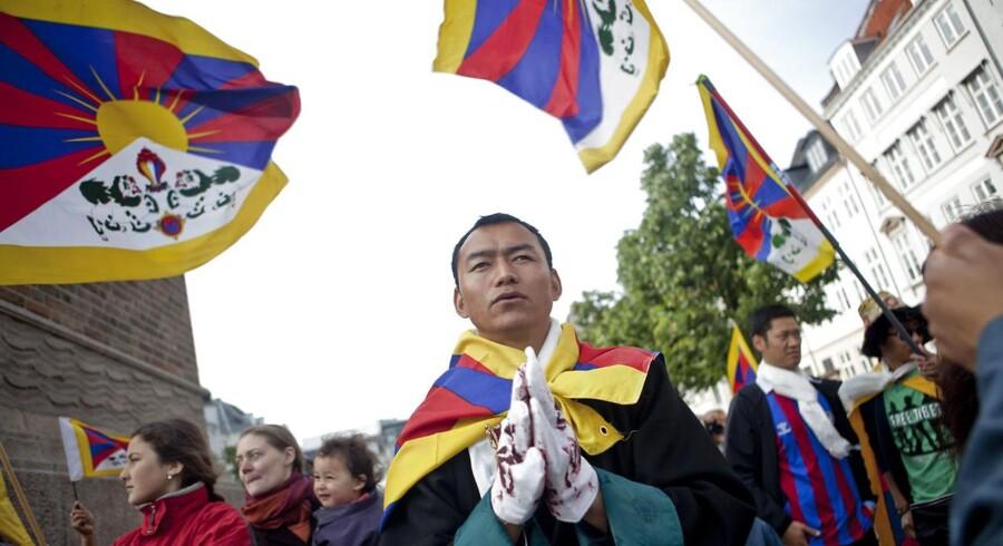 På billedet ses en demonstration på Højbro Plads i København 15. juni 2012 mod Kinas overtrædelser af menneskerettighederne over for Tibet under Hu Jintaos statsbesøg i Danmark. Tibetkommissionen brugte to år på at undersøge, hvem der besluttede at knægte demonstranternes ytringsfrihed ved at lade politiet afskærme dem og tage flag fra enkelte af dem. Efter det er kommet frem, at kommissionen ikke fik adgang til potentielt centrale dokumenter, er kommissionen blevet genåbnet. Arkivvoto: Dennis Lehmann/Ritzau Scanpix