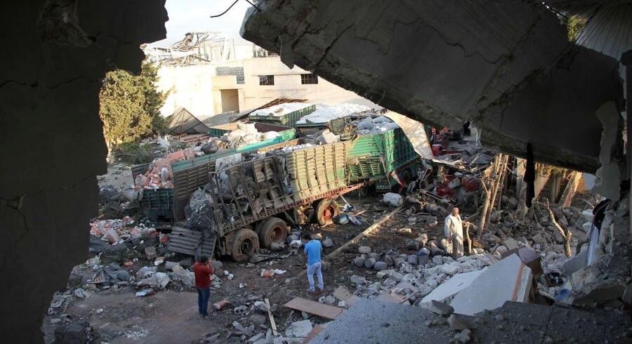 Arkivfoto - Mandag blev en nødhjælpskonvoj i byen Orum al-kubra nord for Aleppo bombet.