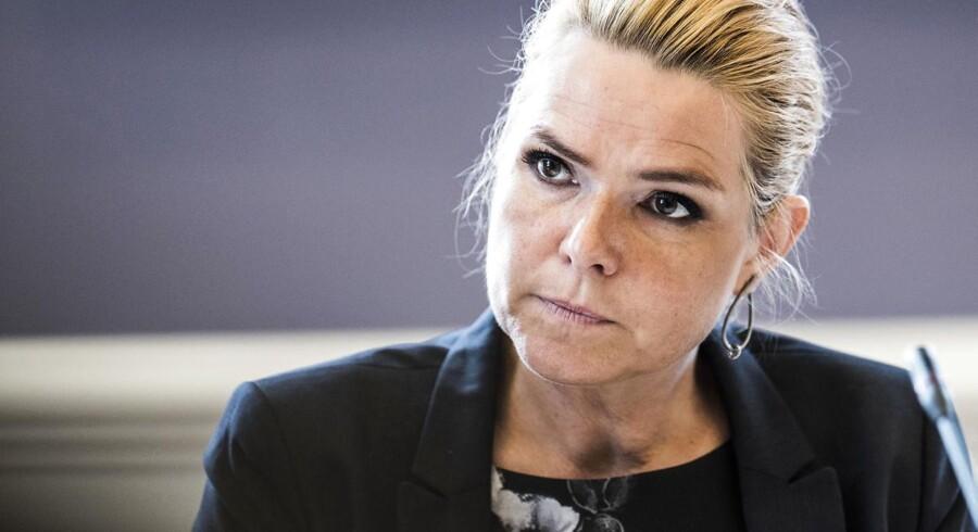 Integrationsminister Inger Støjberg (V) afviser kritikken om regeringens metode til at opregne antallet af flygtninge i arbejde.