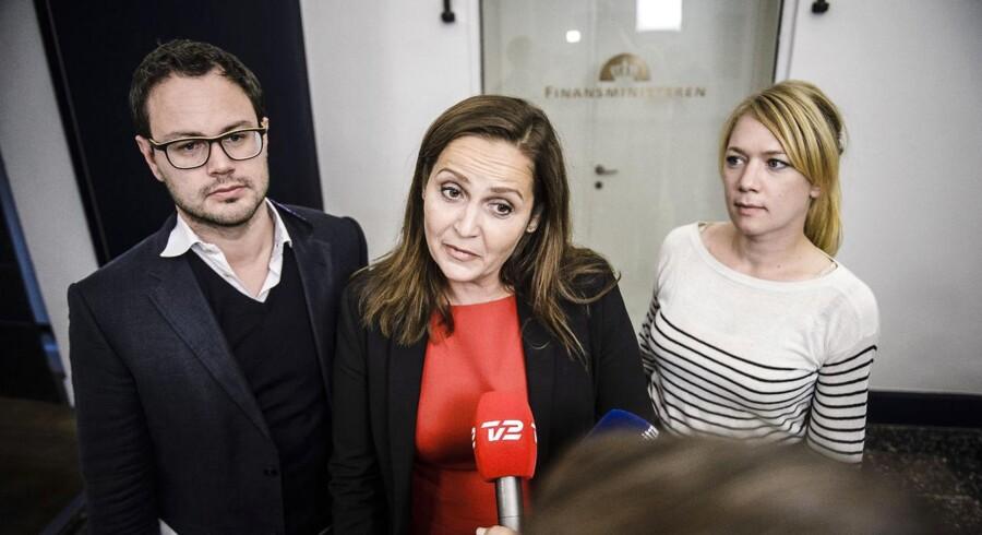 Pia Olsen Dyhr langer kraftigt ud efter sin aftalepartner fra valgkampen, DF-formand Kristian Thulesen Dahl, og anklager ham for løftebrud efter dagens dagpengeforlig mellem regeringen, S og DF. Også både Enhedslisten og Liberal Alliance beskylder aftalepartierne for løftebrud.
