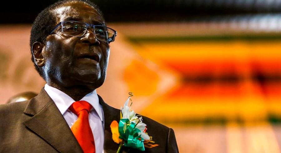 Mugabe fylder 93 år i dag. Billeder er fra den 7. april 2016. / AFP PHOTO / Jekesai NJIKIZANA