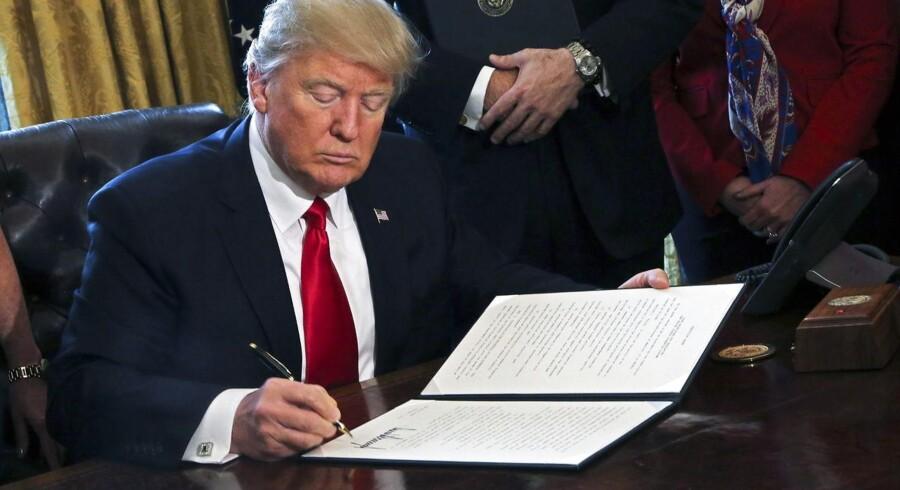 Her ophæver USAs præsident Donald Trump med et pennestrøg en del af den myndighedsregulering, som de amerikanske banker blev underlagt, da finanskrisen satte ind.